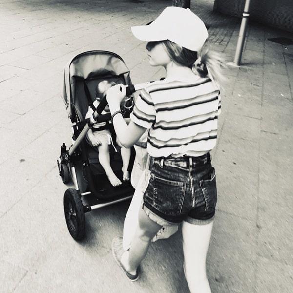 About us: Charly & Toni mit Kinderwagen